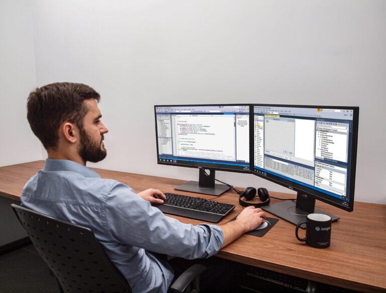 Programista C++ w czasie pracy