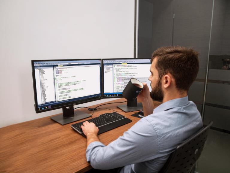 Programista .NET podczas pracy