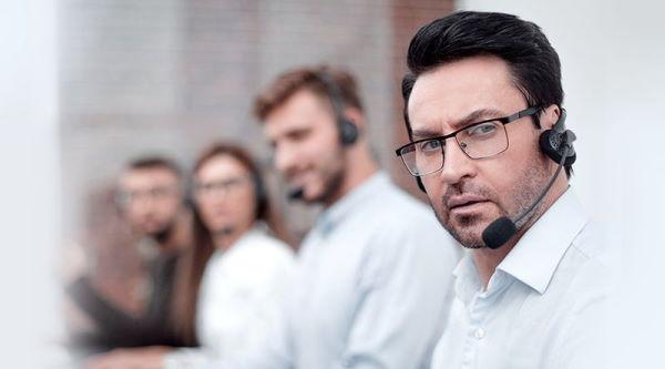 Praca specjalisty technicznego ds. oprogramowania to głównie kontakt z ludźmi na odległość